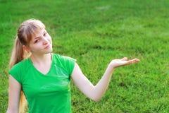 Mujer verde en verde Foto de archivo