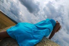 Mujer vestida azul en el campo Foto de archivo libre de regalías