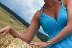 Mujer vestida azul en el campo Imágenes de archivo libres de regalías