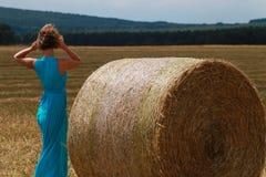 Mujer vestida azul en el campo Imagen de archivo libre de regalías