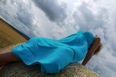 Mujer vestida azul en el campo Fotografía de archivo libre de regalías