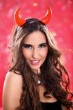 Mujer vestida como diablo bonito Imagenes de archivo