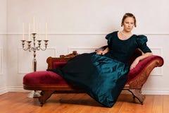 Mujer victoriana en el sofá de desfallecimiento imagen de archivo libre de regalías