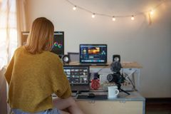 Mujer video del redactor de la parte trasera que trabaja con cantidad fotografía de archivo