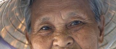 Mujer vietnamita con el sombrero tradicional Fotos de archivo