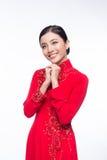 Mujer vietnamita encantadora en Ao Dai Traditional Dress, gesto t Imágenes de archivo libres de regalías