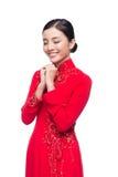 Mujer vietnamita encantadora en Ao Dai Traditional Dress, gesto t Imagen de archivo libre de regalías