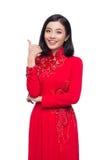 Mujer vietnamita encantadora en Ao rojo Dai Traditional Dress gestu Fotografía de archivo libre de regalías