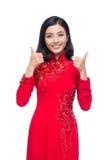 Mujer vietnamita encantadora en Ao rojo Dai Traditional Dress gestu Imágenes de archivo libres de regalías