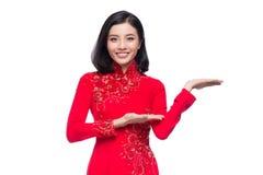 Mujer vietnamita encantadora en Ao rojo Dai Traditional Dress Presen Fotos de archivo libres de regalías