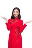 Mujer vietnamita encantadora en Ao rojo Dai Traditional Dress Presen Imágenes de archivo libres de regalías