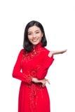 Mujer vietnamita encantadora en Ao rojo Dai Traditional Dress Presen Imagen de archivo