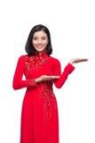 Mujer vietnamita encantadora en Ao rojo Dai Traditional Dress Presen Foto de archivo libre de regalías