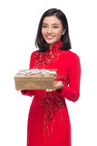 Mujer vietnamita encantadora en holdin rojo del Ao Dai Traditional Dress Fotos de archivo libres de regalías