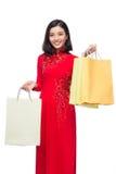 Mujer vietnamita encantadora en holdin rojo del Ao Dai Traditional Dress Foto de archivo