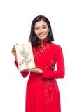Mujer vietnamita encantadora en holdin rojo del Ao Dai Traditional Dress Fotos de archivo