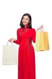 Mujer vietnamita encantadora en holdin rojo del Ao Dai Traditional Dress Fotografía de archivo libre de regalías