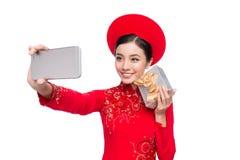 Mujer vietnamita encantadora en holdin rojo del Ao Dai Traditional Dress Foto de archivo libre de regalías