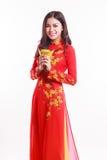 Mujer vietnamita hermosa con ao rojo dai Imágenes de archivo libres de regalías