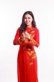 Mujer vietnamita hermosa con ao rojo dai Fotografía de archivo libre de regalías
