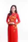 Mujer vietnamita hermosa con ao rojo dai con sonrisa feliz Fotografía de archivo