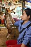 Mujer vietnamita local en un mercado Foto de archivo libre de regalías