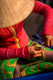 Mujer vietnamita que hace una pulsera de bambú de la mano Imágenes de archivo libres de regalías
