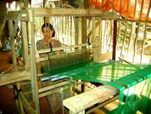 Mujer vietnamita que teje en pueblo Imagen de archivo