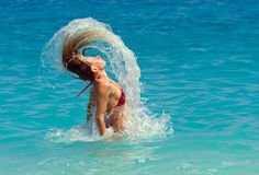 Mujer vital que salta el océano imagen de archivo libre de regalías
