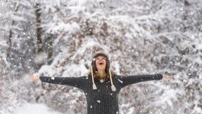 Mujer vivaz feliz que celebra la nieve Imagenes de archivo