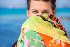 Mujer vivaz hermosa en la playa Foto de archivo