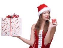 Mujer weared en la alineada de Papá Noel con los regalos Imagen de archivo