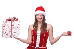 Mujer weared en la alineada de Papá Noel con los regalos Fotografía de archivo