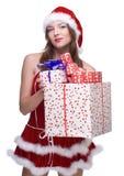 Mujer weared en la alineada de Papá Noel con los regalos Imagenes de archivo
