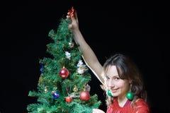 Mujer y árbol de navidad Fotos de archivo libres de regalías