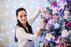 Mujer y árbol de navidad felices Imágenes de archivo libres de regalías