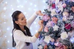 Mujer y árbol de navidad felices Fotografía de archivo libre de regalías