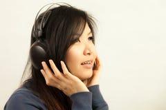 Mujer y auricular Fotos de archivo libres de regalías