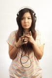 Mujer y auricular Foto de archivo libre de regalías