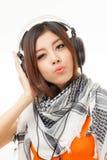 Mujer y auricular asiáticos Fotos de archivo libres de regalías