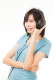 Mujer y auricular asiáticos Imagen de archivo libre de regalías