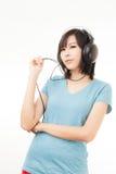 Mujer y auricular asiáticos Imagenes de archivo