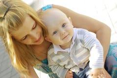 Mujer y bebé hermosos Imágenes de archivo libres de regalías