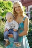 Mujer y bebé hermosos imagen de archivo libre de regalías