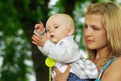Mujer y bebé hermosos Fotografía de archivo libre de regalías