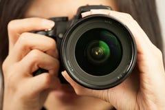 Mujer y cámara Foto de archivo libre de regalías