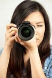 Mujer y cámara Fotos de archivo libres de regalías