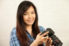 Mujer y cámara Imagen de archivo libre de regalías