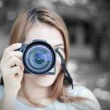 Mujer y cámara Imagen de archivo