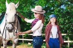 Mujer y caballo Imagenes de archivo
